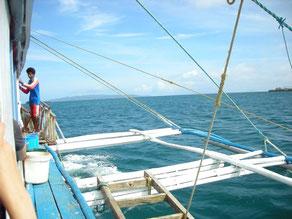 ミンドロ島へは小型ボートで渡る。海底まで透き通るような奇麗さ。