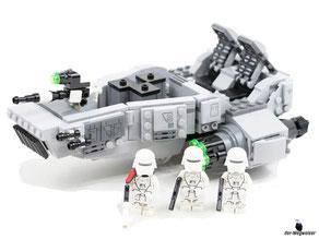 Im Paket Lego 75100 sind 444 Einzelteile, 2 Figuren (First Order Snowtroopers) und einer Figur (First Order Snowtrooper Officier) enthalten.