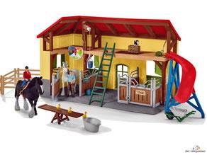 Im Paket Schleich 42485 sind eine Stute, einen Hengst, drei Entenküken, eine Katze, eine Maus, ein Bauer, eine Bäuerin, ein Sattel, ein Pferdestall, ein Futterrutsche, eine Wippe, ein Trog, vier Paddocks, eine Leiter mit weiterem Zubehör enthalten.