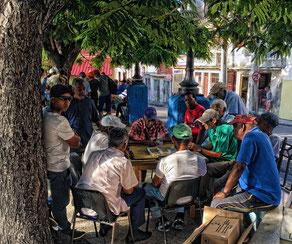 Kubaner spielen Domino