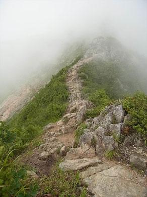 剣ヶ峰と呼ばれる岩場を越えて