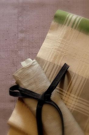 藤色縦節紬(浦野理一作)のきものに、春らしい若草色・白・グレーの吉野格子の帯(柳宗作)を合わせて。