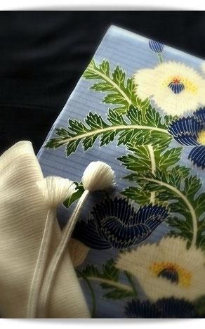 墨紺のきものは芝崎重一さんの座繰り紬。ブルーの絽塩瀬にあざみを描いた久呂田明功さんの染め帯を合わせました。