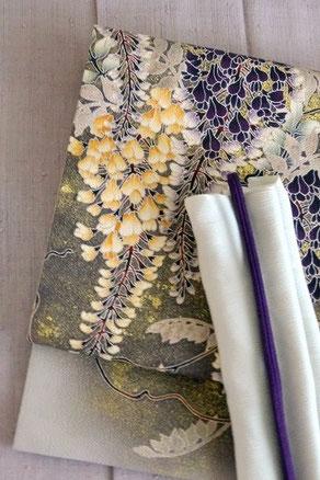 藤色縦節紬のきものに、季節の藤の花がたっぷりと描かれた染め帯を合わせて。いずれも浦野理一氏の作品。
