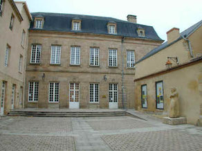 Cour d'honneur de l'ancien lycée La Châtre