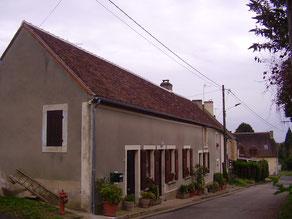 Réfection de la toiture en vieilles tuiles de pays, ainsi que la gouttière et descente en zinc
