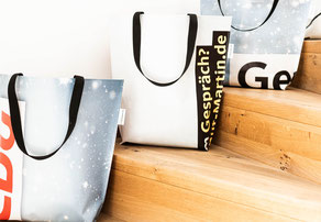 Nachhaltige Wahlkampfunikate, in Form von Recycling Taschen aus gebrauchten Planen. So geht Wahlkampf heute, nachhaltige und sozial!