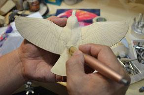 中彫ができたところで羽を描く