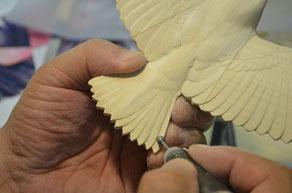 グラインダーで羽を彫る
