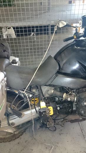 so sieht es aus wenn ein Motorrad auf der Fähre von Italien nach Griechenland angekettet wird, ein Seilchen, lose drüber gelegt