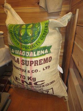 原袋は70㎏以上のこともある。これはコロンビアの豆。