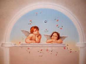 Копия ангелочков Рафаэля из картины «Сикстинская Мадонна» в спальне создают ощущение покоя и гармонии.