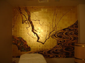 Роспись стен по златой фольге выгодно меняется при разном освещении.