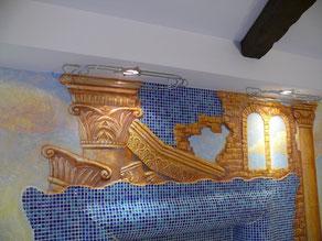 Передний план росписи стены усиливает небольшой рельеф на поверхности. Разрушенные античные колонны воспринимаются зрителем на столько материальными, что хочется даже прикоснуться к ним.