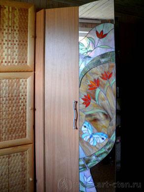 Витражные двери зеркального шкафа.