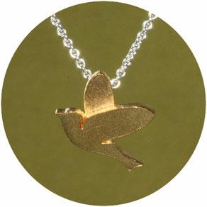 Bild: Vogel Anhänger , der kleine Vogel ist aus Silber gearbeitet und vergoldet, die schlichte stilisierte Art ist bei jung und alt sehr beliebt.