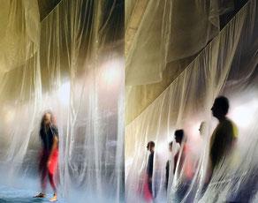 Performance de Laurent Valera au travers d'un voile transparent aux archives de Bordeaux métropole.