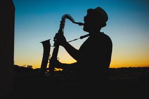 Saxophonist im Abendlicht
