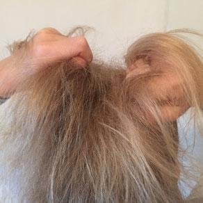 Kindertherapie.. Kind rauft sich die Haare