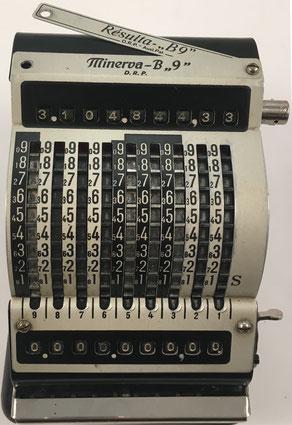 MINERVA B9/RESULTA B9 Adding Machine, fabricada por Maschinen- und Werkzeugfabrik Paul Brüning, Berlín (Alemania),  año 1927, 11x15x11 cm