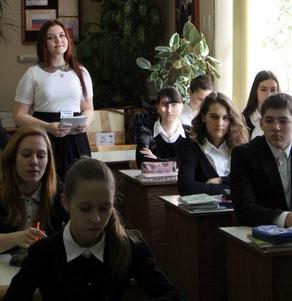 Гераськина Полина проводит урок химии в 9б классе