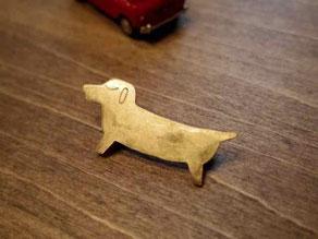 ダックスフント(ダックスフンド)真鍮金工ブローチ