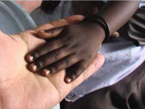 die vierjährige Tocher von Jairus Orangi legt ihre Hand in die Hand von Hans Gnann