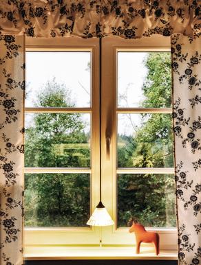 Dalarnapferd am Fenster von Berg Schwedenhaus