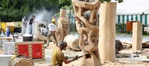 """Der Hammerparkplatz in Schwarzenberg ist derzeit ein großes Atelier. Vorn Hardy Raub aus Eisenach, er lässt """"eine Art Leben entstehen"""".  Foto: Carsten Wagner"""
