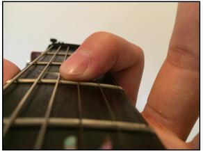 弦の押さえ方 指を寝かせる