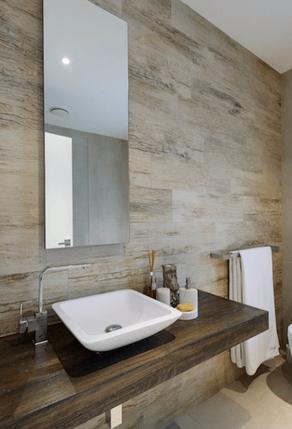 Laminaat kan niet in de doucheruimte zelf, maar wel op de badkamervloer of wand