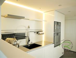 Einbauküche in weiß Hochglanz mit Linero Nischensystem mit verstellbarem Steckboard