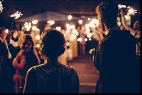 Sposi che assistono alla loro festa con fuochi d'artificio