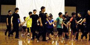 児童らも体験した日体大の集団行動実演会=3日夕、市総合体育館