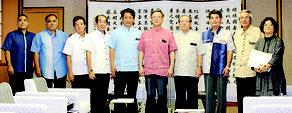 中山市長(写真中央左)らが県に25項目の課題を要請=7月31日、県庁