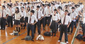 進学や就職に向けて、頑張ろう三唱を行う生徒たち=6月30日午後、八重山商工高校