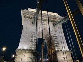 Brückenpfeiler der Kettenbrücke Budapest Nachts und angestrahlt