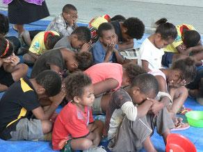 Kinder in Port Moresby beim Beten.