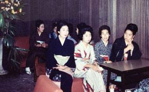 昭和30年代半ば、私の母・竹垣さよ子(前列左端)が経営して居た「クラブ魚町」の店内での一葉。嫁の店は名前は違うが、矢張り魚町に在る。