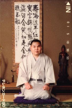 私が小さな額に入れて、本棚の隅に置いて居る竹中武のテレフォンカード。