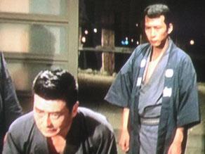東映時代のスチール写真。左側・風間重吉役の池部良と、ヤクザの三下役・竹垣悟