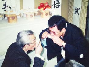天下の漫才師・横山やすしと義兄弟の盃を交わす竹垣悟。私が着ている紋付の羽織の紋に注目して頂きたい。これは我が家の家紋である。従ってヤクザとして盃をした訳ではない。