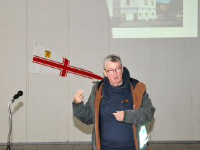 Projektleiter Rolf Karg stellt die Pläne für die Sanierung des SVC-Hauses vor