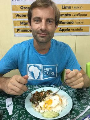 freaky finance, freaky travel, Abendessen, Thaifood, gebratenes Hähnchen mit Ei und Reis, Teller, Besteck