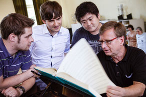 Prof. Jörg-Peter Weigle umringt von den Stipendiaten Johannes Köhler, Johannes Stolte und Kota Yanagishima (Foto: Manuela Steinmann)