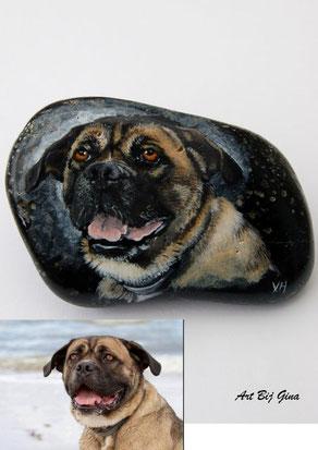 Art Bij Gina, hand beschilderde steen in opdracht met een portret van trouwe vriend