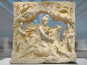 Relief en marbre représentant Mithra, dieu iranien du soleil, sacrifiant le taureau - 100-200 après J.-C.. Louvre Lens.