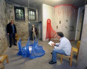 """Josef Tobias (sitzend) Ende Juni in der Reihe """"Literaturmob"""" im Keller unter St. Joseph. Die Künstler Martin Schmitz (li) und Bernd Meyer (re), warten auf die Dinge, die da kommen. (RP-Foto: Andreas Probst)"""