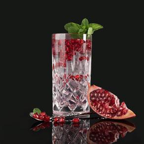"""granatapfel gin & tonic, barcatering, bar catering, cocktailcatering, cocktail catering, liquid-agentur, by peter a. loup wolf, Fruchtig & frisch - der besonders leckere, erfrischende und farbenfrohe Gin Longdrink. Der """"Kick"""" im Glas ist garantiert."""