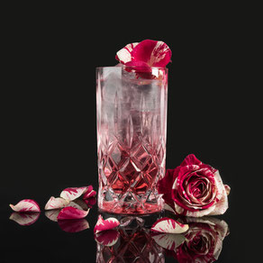 granatapfel gin & tonic, barcatering, bar catering, cocktailcatering, cocktail catering, liquid-agentur, by peter a. loup wolf, der hausgemachte rosenlikör macht diesen gin & tonic zu einer wahren gaumenfreude. einfach edel, edel einfach!